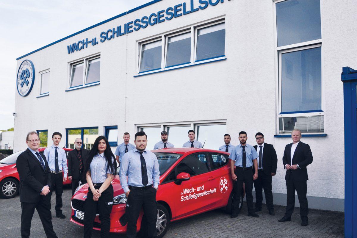 Auszubildende der Wach- und Schliessgesellschaft vor der Unternehmenszentrale in Wuppertal.
